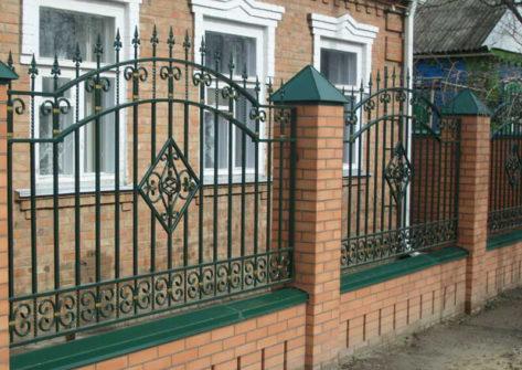 кирпичный забор с ковкой в Томске