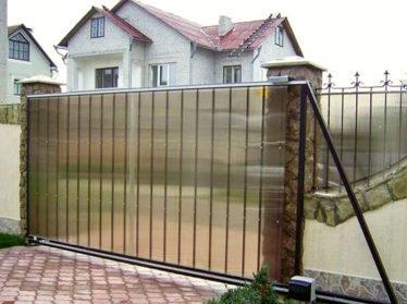 забор из поликарбоната с автоматическими откатными воротами